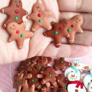 Galletas de navidad, algunas sobre una mano